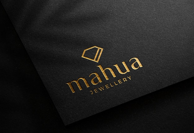 Maquette de logo sur la carte de papier noir de luxe