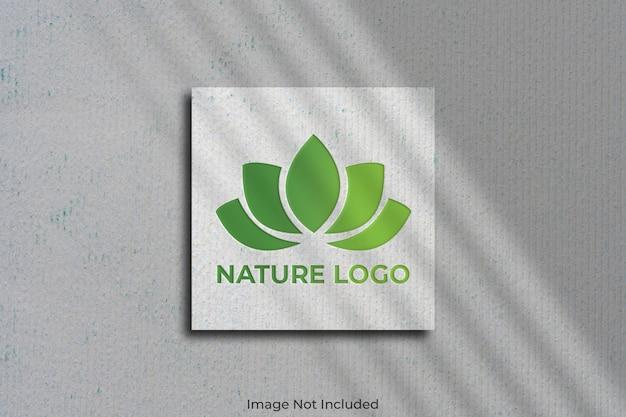 Maquette de logo sur carte de visite carrée avec ombre
