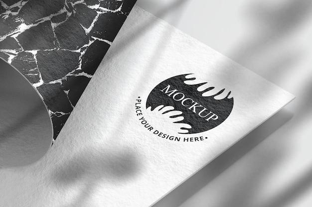 Maquette de logo sur carte de visite avec ombre de superposition