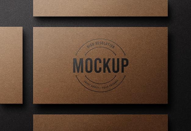 Maquette de logo sur carte de visite en papier kraft de luxe avec effet typographique