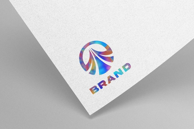 Maquette de logo coloré sur papier kraft