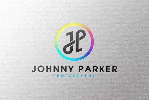 Maquette de logo en couleur sur papier blanc