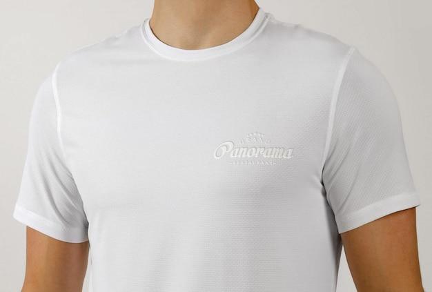 Maquette de logo cousu brodé sur un t-shirt blanc