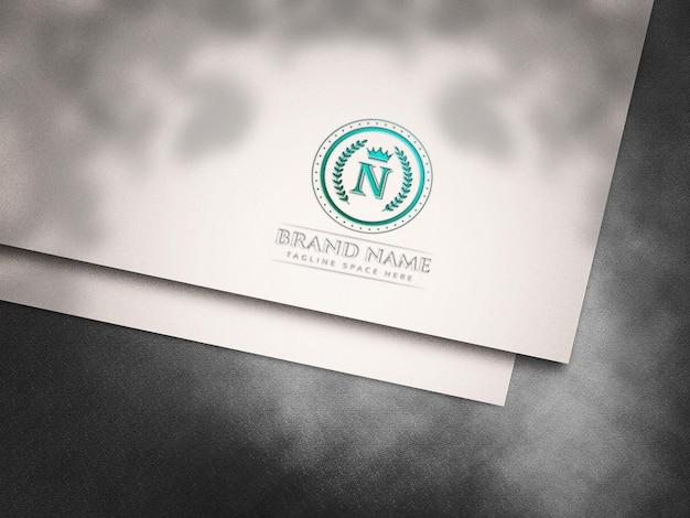 Maquette de logo en creux sur papier blanc découpé