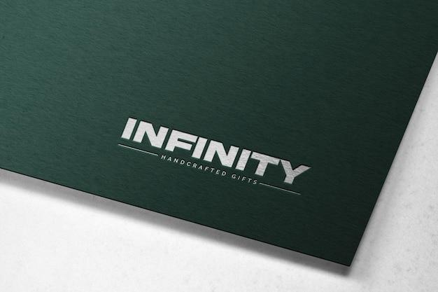 Maquette de logo en creux sur papier kraft vert