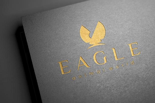 Maquette de logo en creux sur la texture du papier foncé