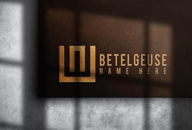 Maquette de logo en cuir doré en relief