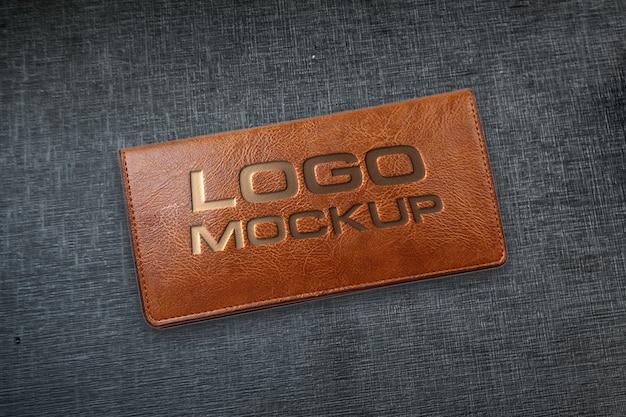 Maquette de logo en cuir sur papier kraft