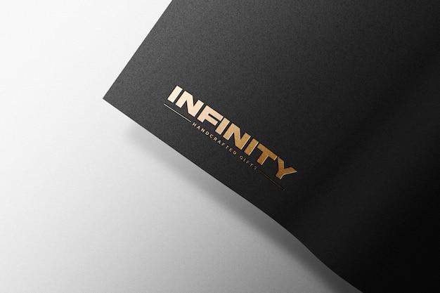 Maquette de logo doré sur papier kraft noir