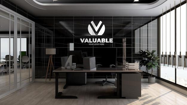 Maquette de logo d'entreprise réaliste dans la salle du directeur de bureau avec un intérieur de design de mur noir de luxe