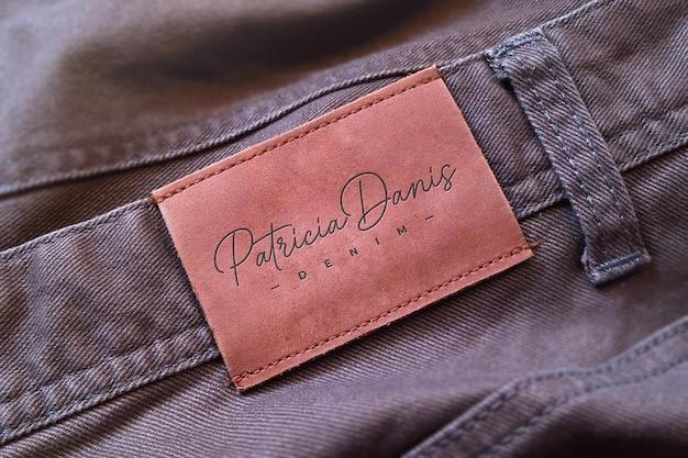 Maquette de logo sur l'étiquette de jeans marron
