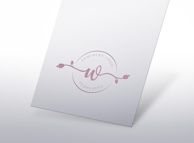 Maquette de logo féminin pressé sur papier blanc