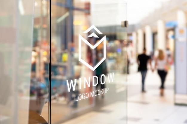 Maquette de logo sur la fenêtre du magasin du centre commercial shooping