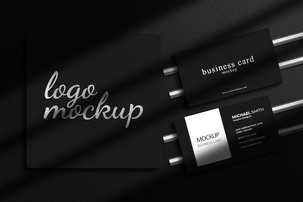 Maquette de logo en feuille d'argent de luxe avec maquette de carte de visite de luxe et superposition d'ombres