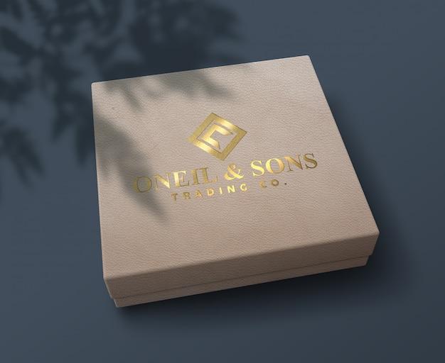 Maquette de logo en feuille d'or en relief élégant et de luxe sur une boîte