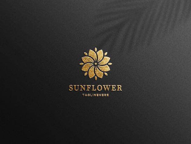 Maquette de logo en feuille d'or en relief de luxe sur papier noir