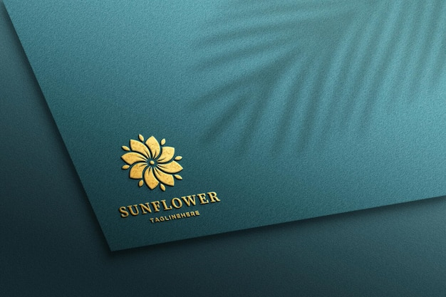 Maquette de logo en feuille d'or en relief de luxe