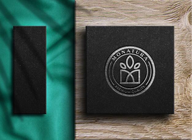 Maquette de logo de luxe en argent sur une boîte