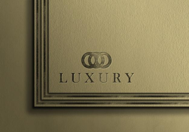 Maquette de logo de luxe en argent sur carte de visite en relief