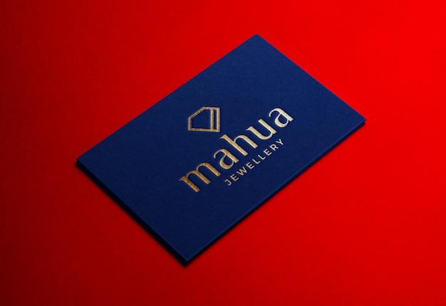 Maquette de logo de luxe sur carte de visite bleue