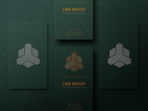 Maquette de logo de luxe sur carte de visite avec effet or et argent
