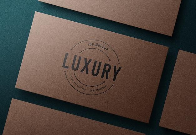 Maquette de logo de luxe sur carte de visite en papier kraft de luxe avec effet typographique