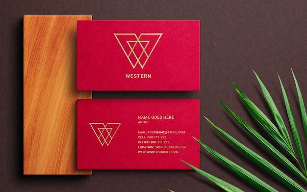 Maquette de logo de luxe sur carte de visite rouge