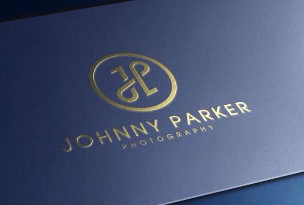 Maquette de logo de luxe en feuille d'or en relief