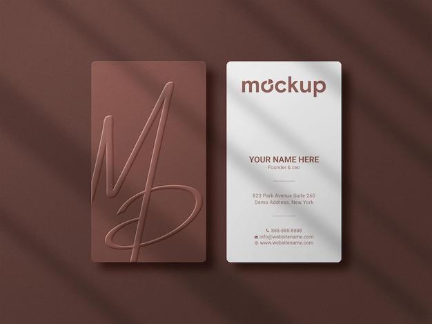 Maquette de logo de luxe et minimaliste sur carte de visite verticale