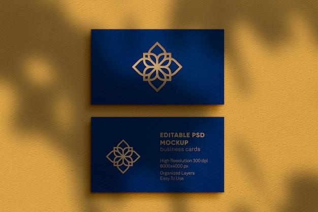 Maquette de logo de luxe en relief sur une maquette de carte de visite