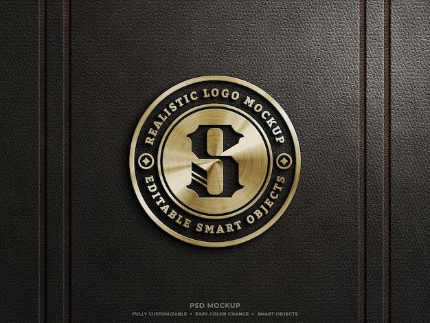 Maquette de logo métallique doré brillant sur cuir foncé avec effet personnalisable or argent et cuivre