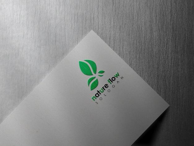 Maquette de logo minimal sur papier blanc