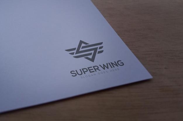 Maquette de logo sur un modèle de papier blanc
