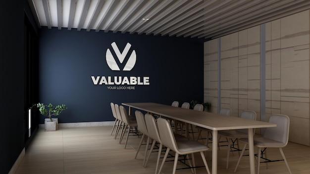 Maquette de logo mural 3d dans la salle de réunion d'affaires du bureau avec table en bois et design d'intérieur