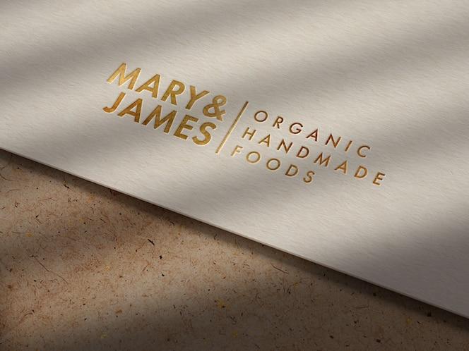 Maquette de logo d'or de luxe sur papier kraft