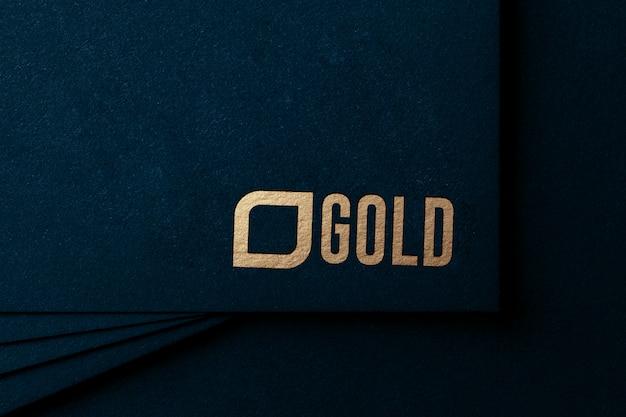 Maquette de logo en or de luxe sur papier kraft