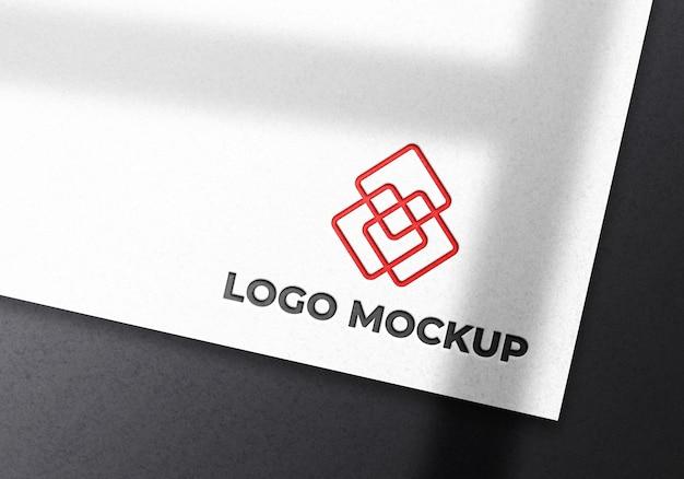 Maquette de logo sur papier blanc avec ombre