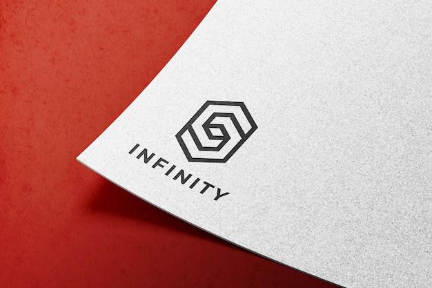 Maquette de logo sur papier blanc