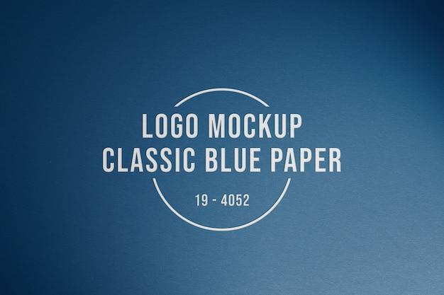 Maquette de logo sur papier bleu classique