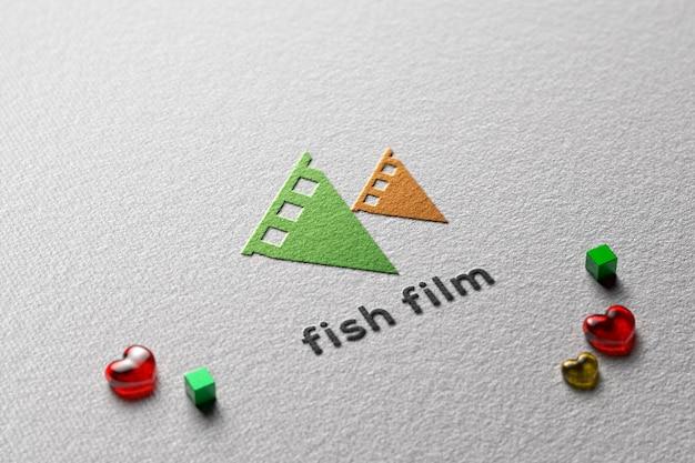 Maquette de logo en papier gaufré avec des amours et des cubes en verre