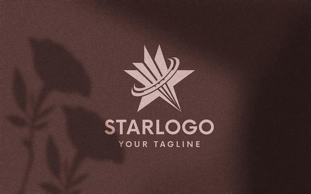 Maquette de logo en papier grenat doux