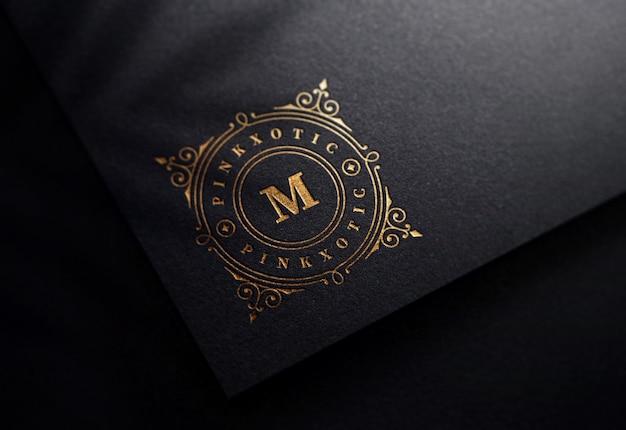 Maquette de logo sur papier noir de luxe