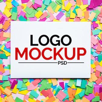 Maquette de logo sur des papiers colorés