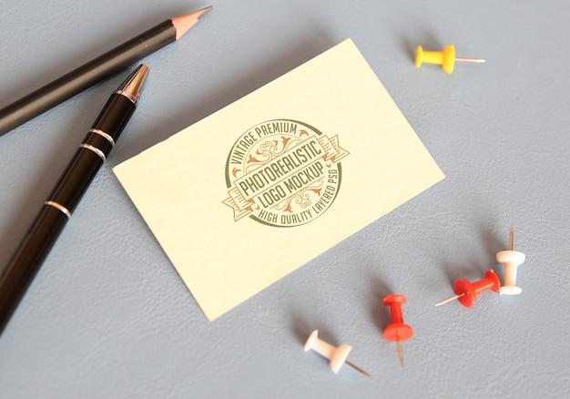 Maquette logo photoréaliste vintage premium - fichier psd pour maquette de logotype superposé de haute qualité