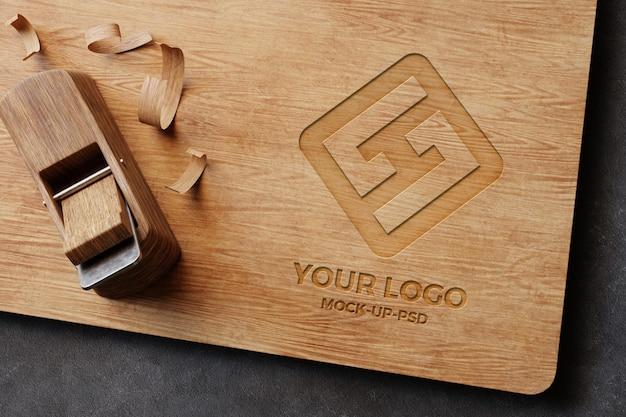 Maquette de logo sur planche de bois