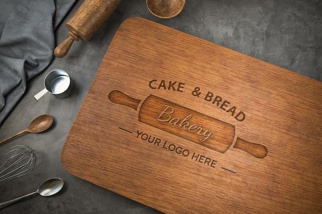 Maquette de logo sur une planche à découper en bois
