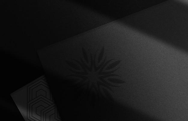 Maquette de logo en relief de luxe perspective de pile de cartes noires