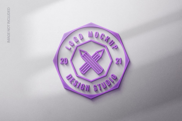 Maquette de logo rougeoyant violet avec superposition d'ombre