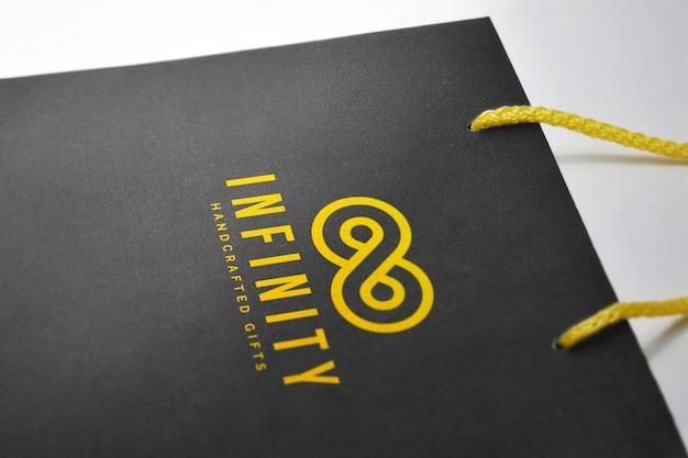 Maquette de logo sur un sac en papier dur