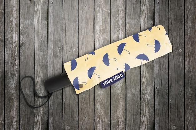 Maquette de logo avec sac en papier sur la surface en bois